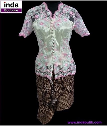 Kebaya Pink plus Rok Batik Coklat Mbak Iyos dan Atik